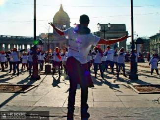 На Малой Конюшенной молодежь танцевала в честь приближающегося 8 марта